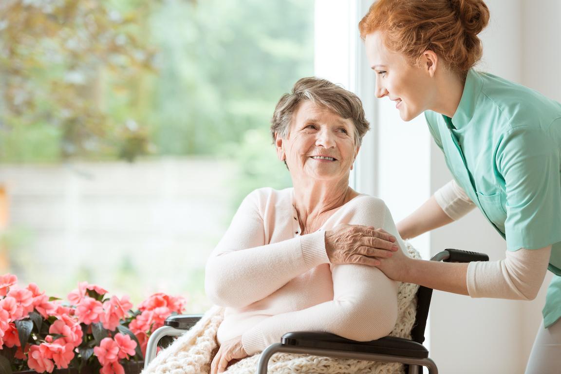 Pflegekraft betreut eine Seniorin